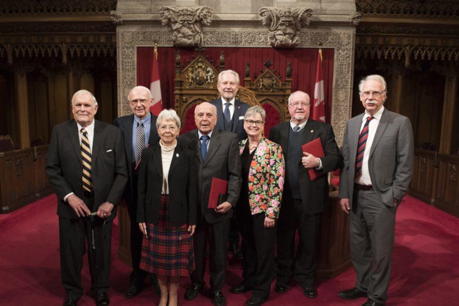 Le sénateur Harder remet des médailles à des Canadiens qui travaillent auprès des immigrants et des réfugiés